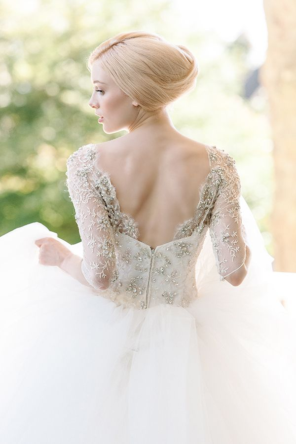 Wedding gown with lace sleeves and tulle. Robe de mariée avec manches en dentelle et jupons en tulle.