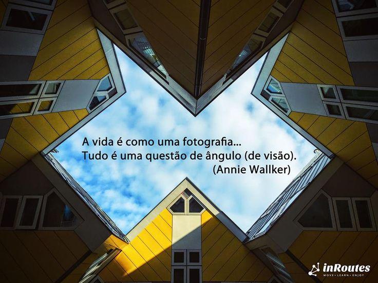 """""""A vida é como uma fotografia... Tudo é uma questão de ângulo (de visão)"""" (Annie Wallker) ----------------------- """"Life is like a photograph... Everything is a matter of angle (viewing angle)"""" (Annie Wallker)  Foto: Tim Gouw. Cube house, Rotterdam, Holanda"""