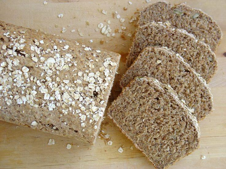 Estepan integral con semillas, resulta ideal para acompañar con mermelada o queso en eldesayuno y/o merienda, o para preparar un rico sándwich para el almuerzo o cena. Es un pan con bajo contenido en sodio, muy rico enfibray en hidratos de carbono complejos, también aportagrasas saludablesque provienen de las semillas. Es una receta muy fácil, apta para personas con diabetes, vegetarianas o quienes tienen el colesterol alto. Ingredientes (para 1/2 kilo de pan)  3 tazas de harina…