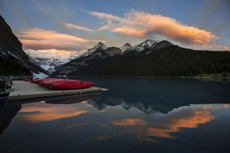 Kano-kano di sebuah dermaga di Danau Louise di Taman Nasional Banff, Pegunungan Rocky Kanada, di dekat desa Lake Louise, Alberta.