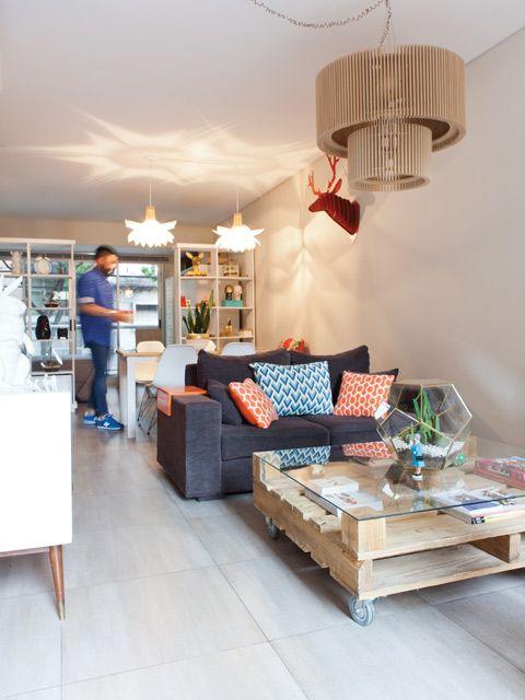 Transición de living a comedor y luego habitación en un monoambiente pequeño. Las diferentes lámparas en cada sector ayudan a dividir los espacios y darles personalidad marcada a cada uno.