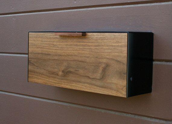 Il s'agit d'une boîte aux lettres en acier inoxydable et d'acajou, mesurant 18 W x7.5 H x 5,5 «D. J'ai conçu cette boîte aux lettres après la boîte aux lettres des années 1950 noir utilisé pour accrocher sur ma maison. J'ai vraiment aimé la façon dont il fonctionne et il m'inspirer pour concevoir cette version moderne de celui-ci. Le bois lui donne une chaleur tandis que le couvercle en acier inoxydable 14ga protège et crée une coquille robuste. Il est facilement se fixe sur un mur…