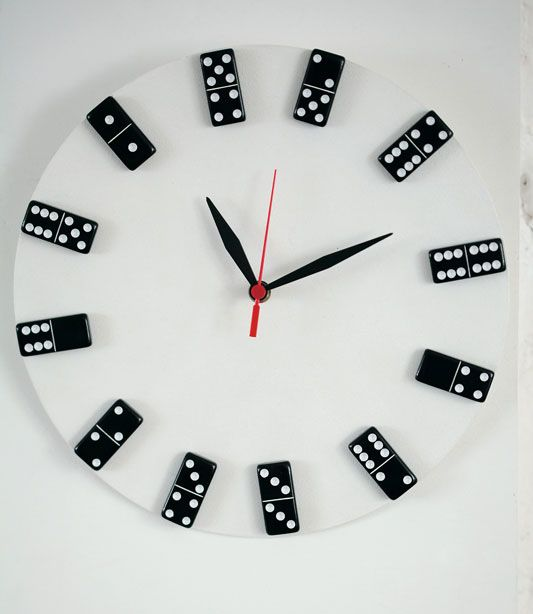 Com um disco de vinil e peças de dominó Meire Barboza montou um relógio de parede descontraído e sustentável que além de criativo é funcional. Veja no Port