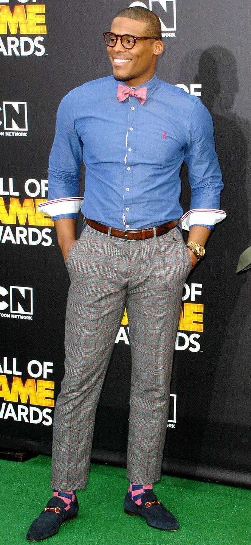 El esta usando un camisa azul. Esa camisa es de quinientos dolares.Tambien lleva pantalones grises. Pantalones cuesta doscientos dolares.El esta usando calcetines rosa.Esta calcetines cuestan veinte dolares.