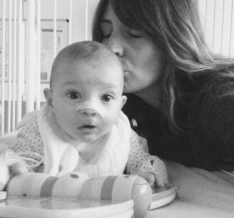 """""""Diego, mon fils, est né deux fois""""  Sandrine, maman de Balthazar et Calypso, est enceinte quand elle apprend que son petit Diego va naître avec une fente labio-palatine unilatérale (« bec-de-lièvre »)."""