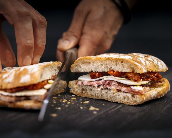 Las penas, con pan, son buenas. Una vez más, los refranes populares sacan a la luz una de las verdades más profundas del ser humano: con hambre es imposible razonar, y hay veces en