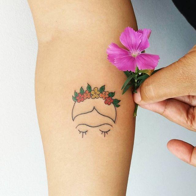 """Tatuagem feita por <a href=""""http://instagram.com/marizaragoza.tpm"""">@marizaragoza.tpm</a>  Frida!   Siga o artista e acesse o nosso site. Em breve, n ..."""