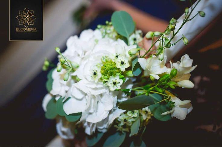 bloomeria.ro Ce putem spune despre aceasta nunta in cateva cuvinte? Eleganta desavarsita, puritate, diafan regal. Voua ce va inspira aceste aranjamente florale pentru nunta?  #AranajamenteNunta #BuchetMireasa #AranjamenteMasa #LumanariNunta #Bloomeria