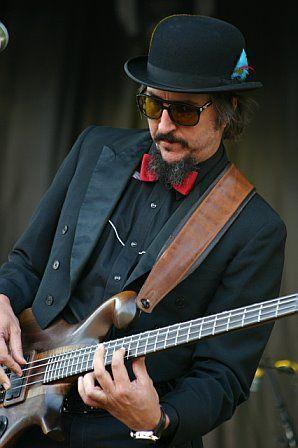 Les Claypool....This Man + Bass...........oi.