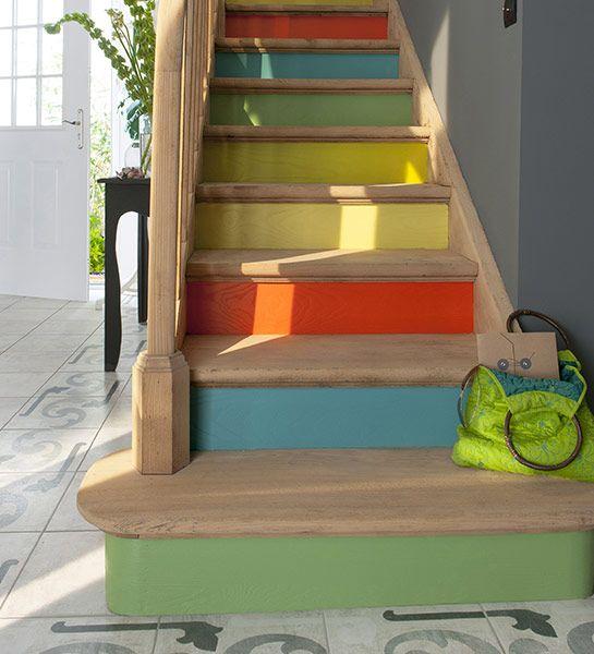 Personnalisez votre escalier !   Pour apporter du pep's à un intérieur aux tonalités neutres, les contremarches sont peintes en différentes couleurs vives. Une touche de fantaisie qui fait régner la bonne humeur dans la maison !