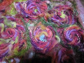 今日から もう一個 お習いごとです。 江馬信子ニードルパンチ教室です。 ウォーグ社の大阪校での教室です。 ニードルパンチミシンは普通のミシンではなく 針7本を布と毛糸 色々合わせやすい布などを針で何度もたたいて フエルトのようにして 布を作っていく 教室です。 このミシンは特許の...