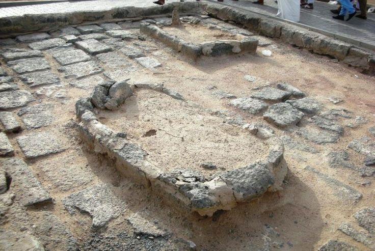 Makam Baqi' terletak di sebelah timur Masjid Nabawi merupakan pemakaman  tertua sejak zaman jahiliyah hingga sekarang. Disitulah makam para sahabat dan keluarga Nabi SAW dimakamkan antara lain: para Istri Nabi yaitu Aisyah RA, Ummi Salamah, Juwariyah, Zainab, Hafsah binti Umar bin Khattab dan Mariyah Al Qibtiyah R.A. Putra-putri Nabi SAW: Ibrahim, Siti Fatimah, Zainab bin Ummu Kulsum. Ibu sesusuan Nabi yaitu Ruqayyah Halimatus Sa'diyah. Para sahabat Nabi: Utsman bin Affan, Abu Ummah, Hasan…