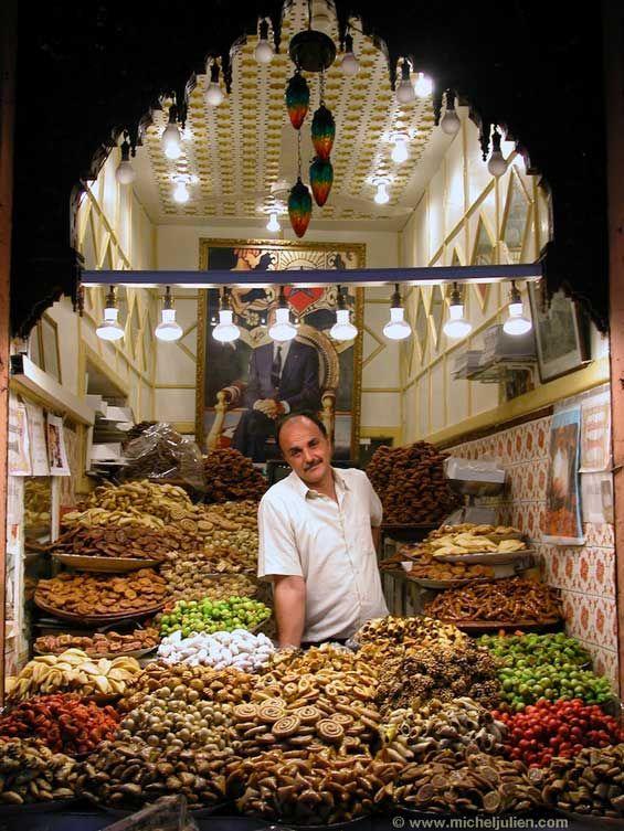 Dans un souk de Marrakech (Maroc).