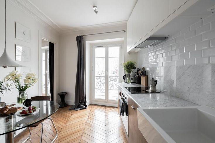 Nel gioco di texture distribuito in tutta la casa, fondamentale è il marmo scelto per la cucina, alternato alle piccole piastrelle rettangolari tipiche della metropolitana parigina