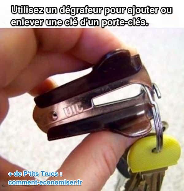 Vous en avez assez de vous faire mal aux ongles à cause d'un porte-clés ? Il suffit d'utiliser un dégrafeur pour écarter le porte-clés et glisser votre clé. Regardez :-)  Découvrez l'astuce ici : http://www.comment-economiser.fr/ajouter-cle-au-porte-clefs.html?utm_content=buffer8ee06&utm_medium=social&utm_source=pinterest.com&utm_campaign=buffer