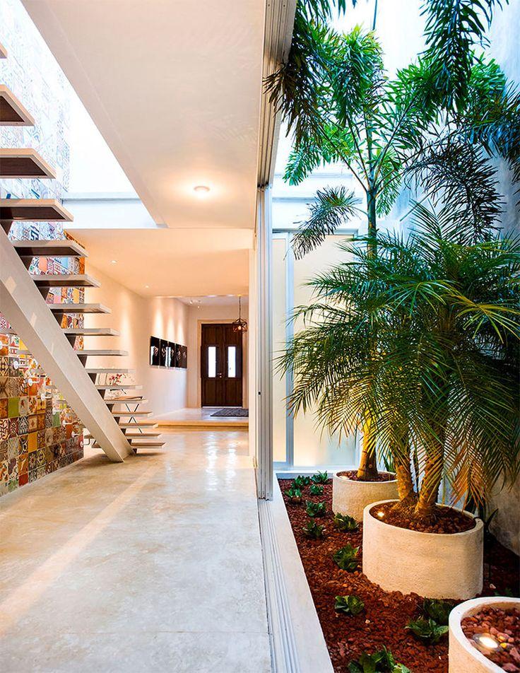 A H. Ponce Arquitectos é a responsável pelo projeto desta casa com um terreno de dimensões muito particulares (5 x 40 m). A residência não é apenas linda de se ver, mas também dá vontade de se viver nela. Localiza-se no Centro Histórico de Mérida, México. Fotografia: Alberto Cárceres. http://www.limaonagua.com.br/inspiracoes/casa-com-ladrilhos-hidraulicos-em-um-terreno-super-estreito/
