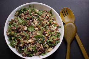Esta ensalada caliente de quínoa es muy rica yreconfortante, alta en proteínas y fibra, ideal para el almuerzo. Si entrenas en la tarde, este plato te dar