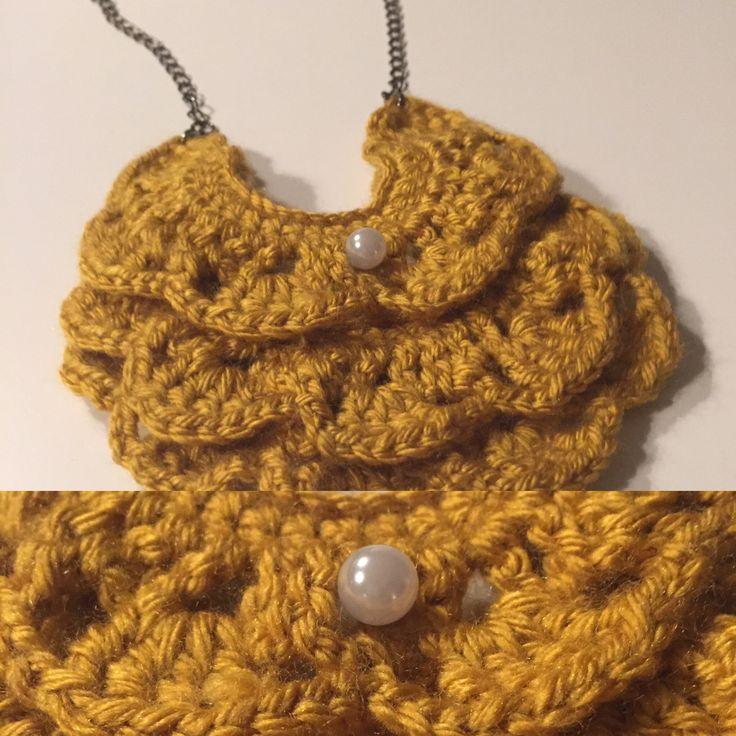 Collier en crochet. Inspiré de: http://blog.a-common-thread.com/post/41608160115/how-to-make-a-crochet-bib-necklace-pattern#.WCZk4Tss-Xr