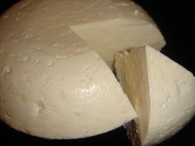 Осетинский сычужный сыр... 1. Молоко хорошего качества не менее 3,5 л – можно больше   2. Ацидин-пепсин или Абомин из расчёта 1,5-2шт. таблетки Ацидин-пепсина на 1л молока или 1-2таб. Абомина на 1л молока, учитывая закваску.   Rennet tablets - по инструкции. Если есть возможность где-нибудь взять настоящий сычуг(солёно-вяленный телячий, говяжий желудок) - лучше быть не может.   3. Кефир или йогурт без наполнения или простокваша или сметана для закваски - 5-10% от молока   4. Соль