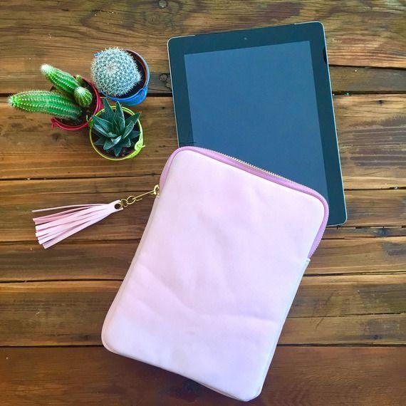 Idée cadeau fête des mères : Housse tablette Ipad pochette protège tablette en suédine rose pastel, rose