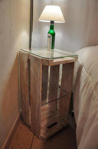 Linda inspiração com esse criado mudo feito de caixote e vidro, perfeito.