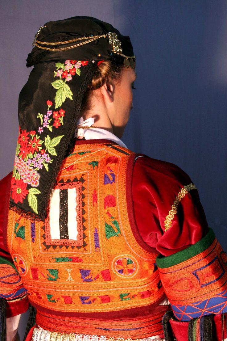 Kαραγκούνικη γυναικεία φορεσιά
