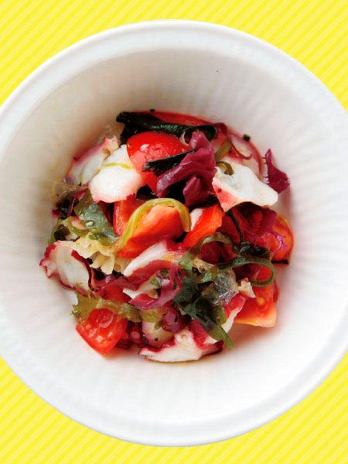 サラダのアクセントはコリコリ食感の海藻。彩りも華やかに。 『ELLE gourmet(エル・グルメ)』はおしゃれで簡単なレシピが満載!
