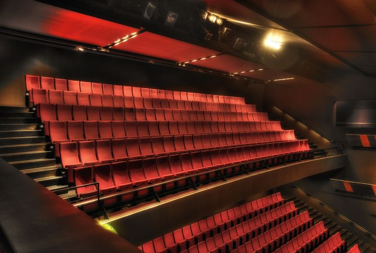 http://www.fotocommunity.de/photo/obere-bestuhlung-theater-gueters-jan-peter-theurich/23082983