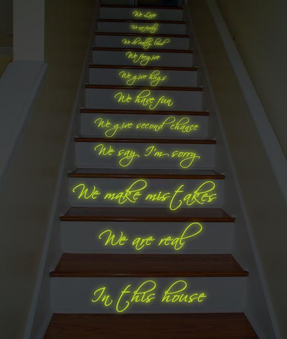 In diesem Haus Familie Glow In Dark Zitat Treppenaufkleber – Nachtglühen tun wir und Hauptregel Vinyl Dezember – Products