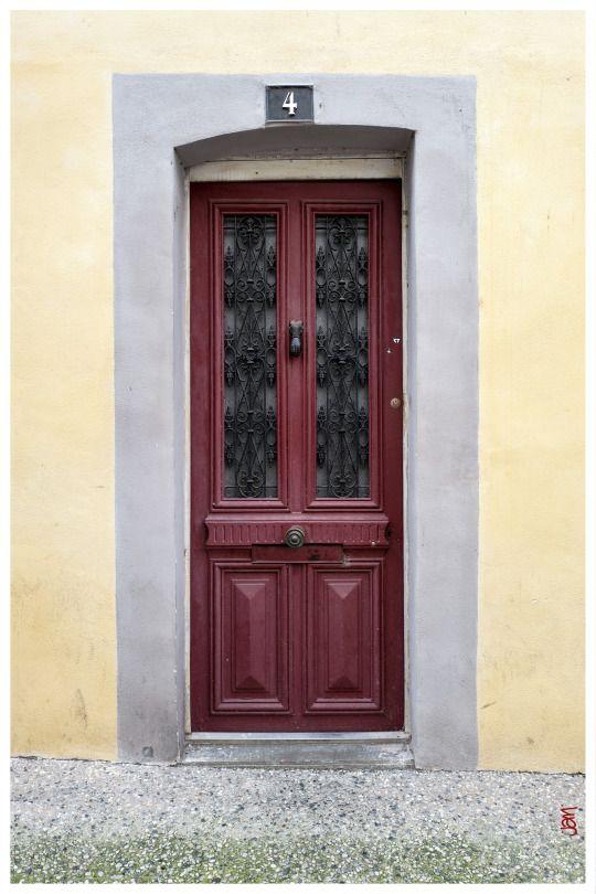 jarri mimram Dax … petite porte rouge sur mur jaune pâle   :-)