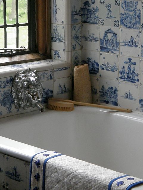@TheDailyBasics ♥♥♥ #bathroomBlue White Bathroom, Blue Tile, Blue Kitchens, Delft Blue, Delft Tile Bathroom, Bathroom Ideas, Bathroom Decor, Vintage Home Decor, Extraordinary Bath