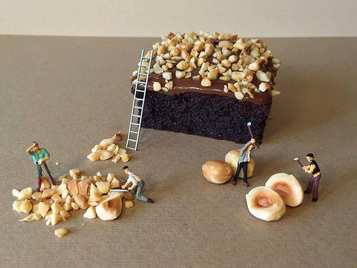 In un dessert la decorazione è importante quanto il gusto e questo BROWNIES con ganache al cioccolato fondente non sarebbe completo senza la sua granella di nocciola , rigorosamente tagliata a mano dai miei piccoli aiutanti .