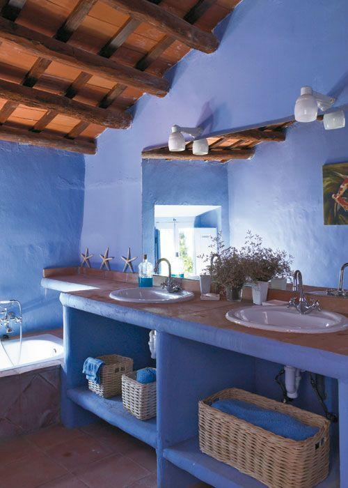 Decorar con color. Este baño es un ejemplo de que sólo manejando el color es posible decorar. Pertenece a una casa de pueblo en el Ampurdán.