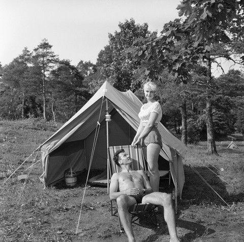 Campingferie med telt var populært i 1957. Dette bildet er fra ukebladet Aktuell, som viser campingutstyr: «Det ser ut som en vanlig fluktstol, men ved nærmere ettersyn er den atskillig enklere både å legge sammen og slå opp. Tre håndgrep, så er den en bylt».  Aage Storløkken / KulturOgUnderholdning, SCANPIX