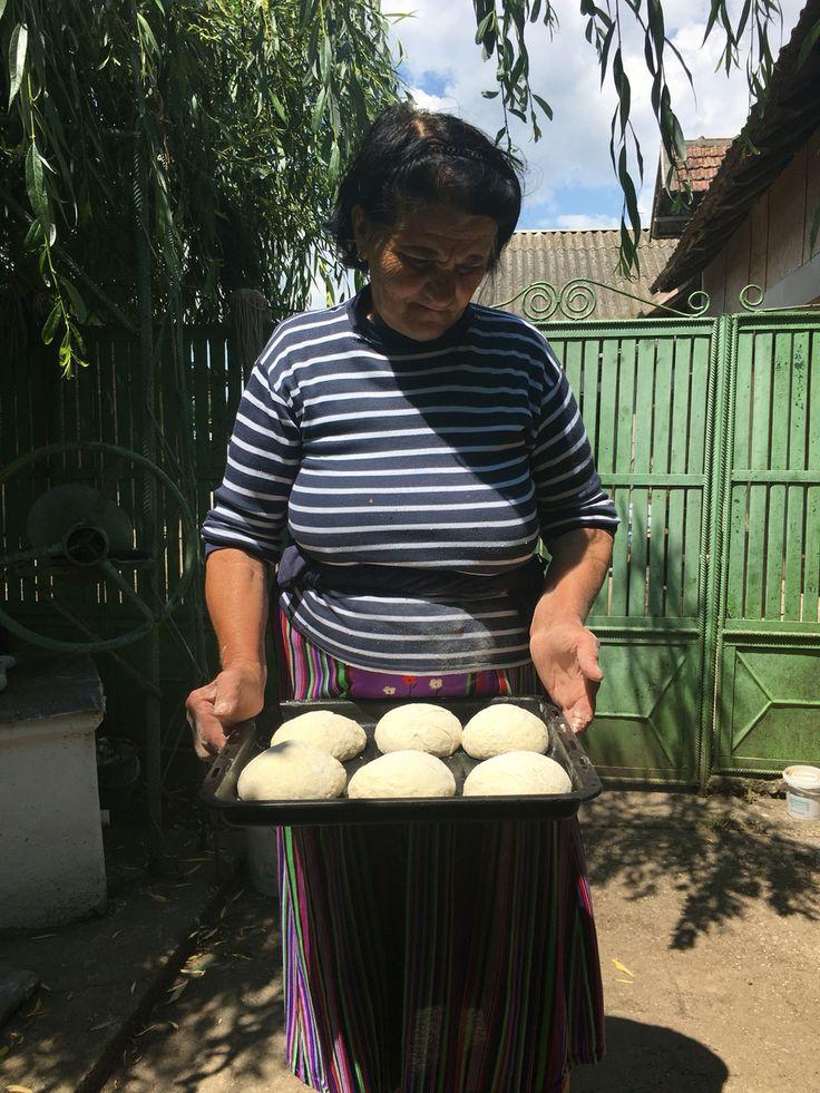 Bunica si paine de casa