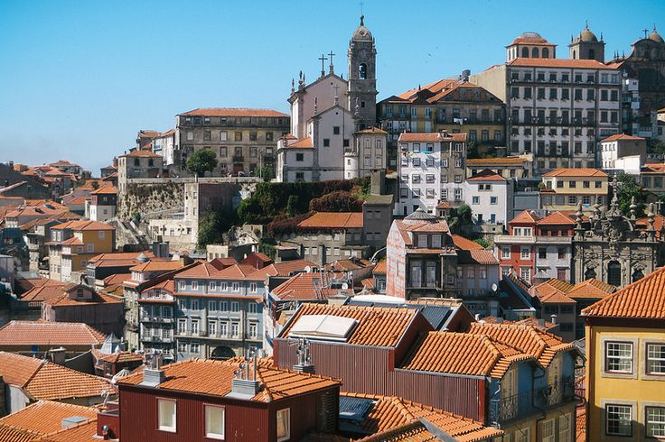 overlooking the rooftops of the freguesia of Sé do Porto, facing Vitória