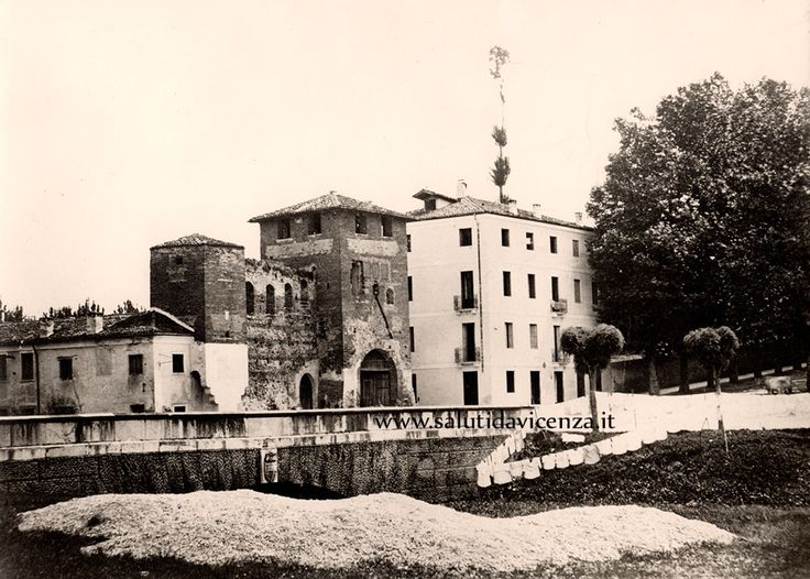 Porta Lupia in una #foto antecedente alla sua demolizione, avvenuta il 7 luglio 1890. Eretta nel XIII secolo, tra il ponte che conduce al Campo Marzio e alla salita di Santa Libera, la struttura divenne simbolo della #resistenza #vicentina nel giugno 1848.