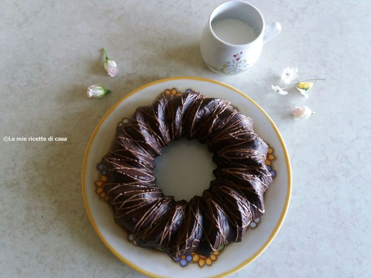 Oggi vi propongo una ricetta facile e golosissima, una torta molto amata dalla mia famiglia, composta interamente da cioccolato   Ingredienti:  (per la pasta soffice al cioccolato)  125g di burro  125g di zucchero di canna  2 uova  125g di farina autolievitante  1 cucchiaino di cacao amaro    (Per la glassa al cioccolato)  125g di cioccolato fondente spezzettato    (Per decorare la superficie)  50g di cioccolato al latte  …