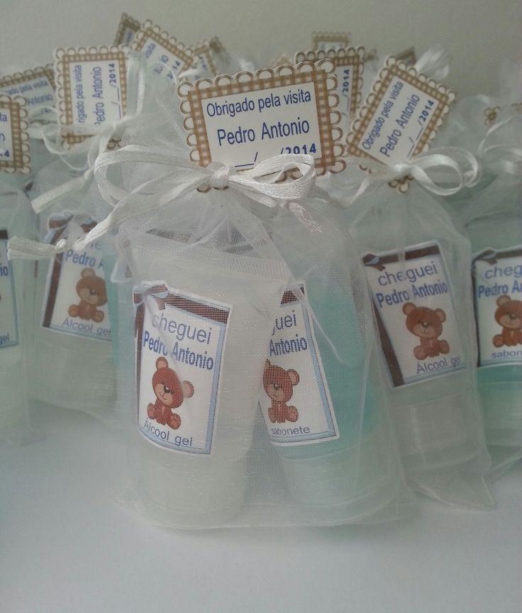 Kit contendo:  - 01 frasco de 30ml de álcool gel;  - 01 frasco de 30 ml de sabonete  Vai embalado em saquinho transparente de organza.  Fazemos em outros temas e cores.  Pedido mínimo 10 unidades.