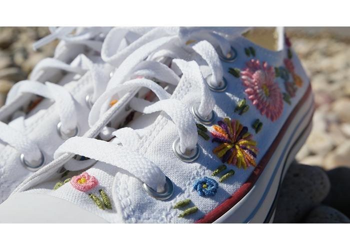 Tenis con detalles florales bordados a mano. Se hacen sobre pedido y tardan aproximadamente una semana. Marca de Tenis: CONVERSE Especificar Talla. Para mayores detalles escribir a: triquesonline@gmail.com