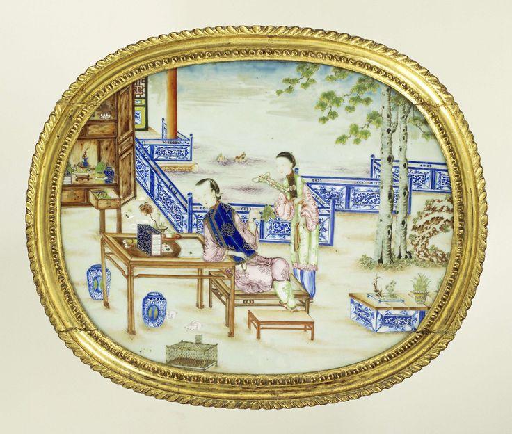 Anonymous | Ovale plaque van porselein met een dame en haar dienares op een terras aan het water, Anonymous, c. 1770 - c. 1775 | Ovale plaque van Chinees porselein, beschilderd in emailkleuren en goud met op een terras een zittende dame aan een tafel en een staande dienares. Op de achtergrond een waterlandschap en een geopende kast met kostbaarheden. Originele Chinese houten vergulde lijst.