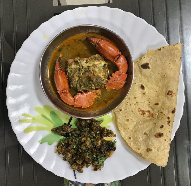 Crab curry with oyster masala and chapati! | Thane #homemade . . . . . . #crabcurry #crabmasala #crablegs #crabmeat #oysters #khekda #kaalva #homemade #gharkakhaana #seafood #foodporn #foodie #foodblogger #foodgasm #foodgram #mumbai #mumbaifood #mumbaifoodie #thane #thanefood #thanefoodie #homediaries