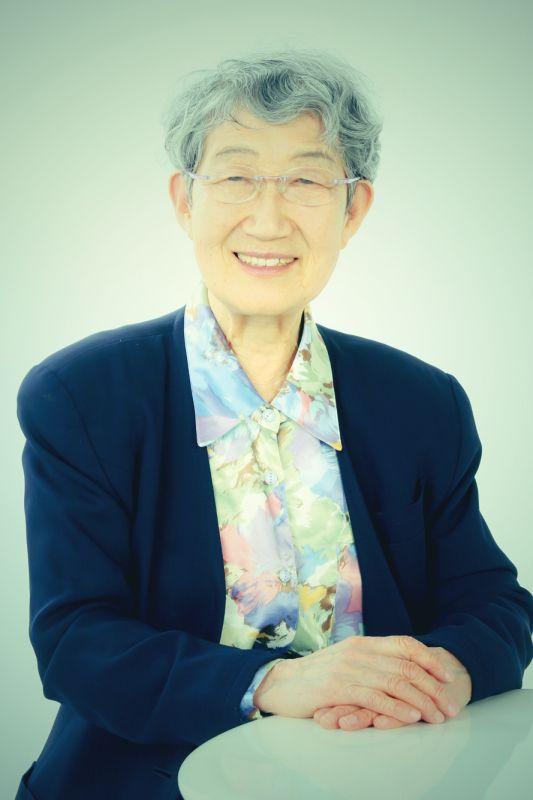 ゲスト◇米田 佐代子(Sayoko Yoneda)東京生まれ。東京都立大学人文学部(史学専攻)卒業後、同大学助手、千葉大学・専修大学・一橋大学等の講師を経て山梨県立女子短期大学教授、2000年3月定年退職。専攻は日本近現代女性史。平塚らいてうを中心に近代日本の女性運動と女性思想を研究、女性学、ジェンダー論、男女共同参画問題等でも発言。授業では、「歩く歴史学」と名づけて学生と広島・沖縄・韓国(ナヌムの家)、アウシュビッツなどを訪問。実生活では、共働きで二人の子を育て、保育運動・学童保育運動・PTA活動・親子読書会や、高齢者施設、岩手県大船渡の仮設住宅ボランティアにも参加。現在は、総合女性史研究会代表をつとめる傍ら、「NPO平塚らいてうの会」会長と、2006年に長野県あずまや高原に完成した「らいてうの家」館長として、東京と長野を行き来する日々が続いている。