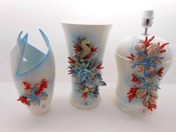 Decorazioni per interni in porcellana di Capodimonte, lampade, vasi e centrotavola con conchiglie, coralli e stelle marine.