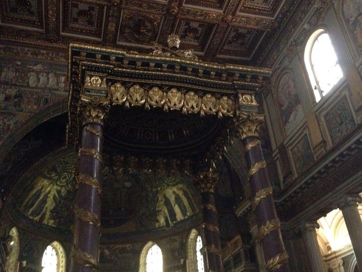 Dinsdag 6 oktober Op de foto zie je het hoofdaltaar van de Santa Maria Maggiore. Het altaar steunt op 4 donkere pilaren, deze zijn een hele andere kleur dan alle andere pilaren in de Santa Maria. Verder is het altaar versierd met goude omlijstingen. Voor het hoofdaltaar ligt een crypte, de betlehemcrypte. Veel beroemde katholieken liggen hier begraven.