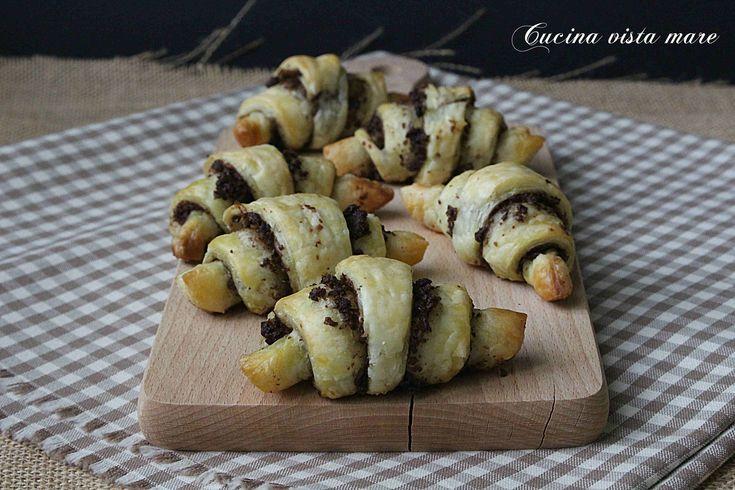 Mini+croissant+al+pesto+di+olive+nere