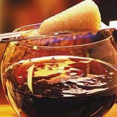 Rum, Zucker, Rotwein und viel Geselligkeit: Die Feuerzangenbowle gehört zu Silvester wie die Gans zu Weihnachten. Erst durch den gleichnamigen Film mit Heinz Rühmann wurde die Feuerzangenbowle weltberühmt. Seitdem ist ist diese heiße Bowle aus dem Winter nicht mehr wegzudenken. Das Besondere an der Feuerzangenbowle ist der Zuckerhut, der in Rum getränkt und angezündet wird, so dass er brennend in den Punsch tropft. In unserem Artikel erfahren Sie mehr über die Bowle und verschiedene