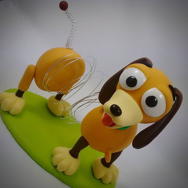 Slinky ( Toy Story)  #sahbiscuit #biscuit #porcelanafria #coldporcelain #porcelanicron #handmade #feitoamao #disney #disneyfigure #disneyinspired #toystory #mrspotatohead #senhorcabeçadebatata #pixar #buzzlightyear #woody #slink #toys #euamoomeutrabalho #meupedacinhodesonho
