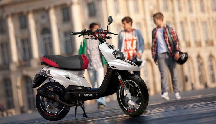 Le MBK Booster Spirit est un scooter 50cc maniable et pêchu apprécié des jeunes scootéristes pour leur trajets quotidiens. Découvrez-le en détail !