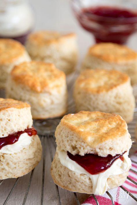 Een high tea is niet compleet zonder scones! En niet voor niks, goed gebakken zijn ze erg lekker!